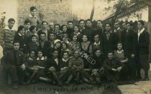 """קבוץ קלוסובה, פלוגה בזדולבונוב, אוקטובר 1933. העיירה זדולבונוב, כ 12 ק""""מ דרומית מרובנה, פלוגת ההכשרה של תנועת """"החלוץ"""" שם מנתה באותם ימים מספר שיא של כ 50 חברים. ב 1936, עם חיסול הפלוגות הקטנות, חוסלה גם זו שבזדלבונוב וחבריה צורפו לפלוגה בלוצק. הטבעת חותמת הפוטו בזדולבונוב בצידה הימני התחתון של התמונה."""