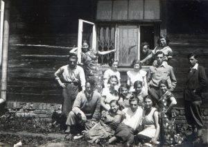 """פלוגת הכשרה """"גורדוניה"""" בטרנוב, 20 במאי 1935. טרנוב, עיר בדרומה של פולין, כ 70 ק""""מ מזרחית לקרקוב, מרכזית בתולדות יהודי פולין. בשנים הללו, אוכלוסיית היהודים בה כ 20 אלף שהם כ 40 מתושבי העיר בכלל. קיבוץ ההכשרת של """"גורדוניה"""" היה ממוקם בפאתי העיר. שמעון ספרא מציץ מהחלון."""