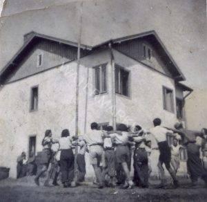 """הבית ה""""דו-קומתי"""", צ'יז'יקוב, קיץ 1939 בחלקו העליון שימש למגורים ובחלקו התחתון חדר אוכל. אחוות החברים והציונות הבוערת בנפשם באו לידי ביטוי בריקודי הורה בתום יום העבודה. הצעירים שבאו מתנועות נוער שונות מרחבי פולין, מצאו את מקומם בסופו של דבר ב""""שומר הצעיר""""."""