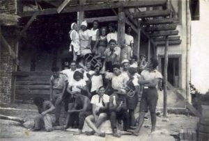 """הוגה, מייסד, מקים ומפעיל החווה בצ'יז'יקוב היה ד""""ר צבי הנריק סטרנר שנודע בכינויו """"וויקו"""", כלומר הדוד, מהעיירה ויניקי שהיתה ממוקמת בתווך בין צ'יז'יקוב ללבוב, ציוני ידוע ובעל שיעור קומה (ראו סיכום מצורף). הבחור הנאה במרכז ליד העמוד שמו בענק מהעיר נוביסונצ."""