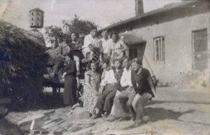 צעירי לודביפול ליד חדר האוכל בצ'נסטוכוב צ'נסטוכוב נמצאת באזור קרקוב. במקום פעל קיבוץ יהודי / חוות הכשרה שבו חיו ועבדו, בחקלאות ותעשיה, צעירים יהודים מרחבי פולין, העילית שבעילית של נוער השומר הצעיר, כהכנה לעליה ארצה. המחזורים היו בני שנתיים, כ 50 חברה בכל מחזור.