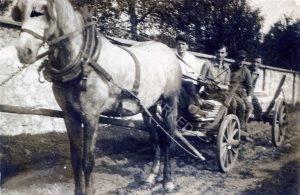 במרכז העגלה, אוחז במושכות, צבי טוכמן. צבי יליד 1915, היה מיועד לעלות ארצה עם בני קבוץ צ'נסטוכוב ולהתיישב בקבוץ נגבה או רוחמה. משמאל, גצק מלודג' שהיה מעמודי התווך של ההכשרה, הגיע לקבוץ נגבה.