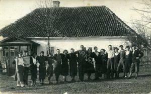 קיבוץ קלוסובה, פלוגה בקורץ, 16 במאי 1933. יוצאי האזור מספרים שהארובה בבתים האוקראינים, כמו זה שבתמונה, אף פעם לא במרכז הבית כי אם בצידו, זאת כדי לייעל חימום רק חלקו של הבית בעת הצורך ולא לפזר את החום. (בבתים הפולנים הארובה במרכז). משמאל, המבואה האופיינית.