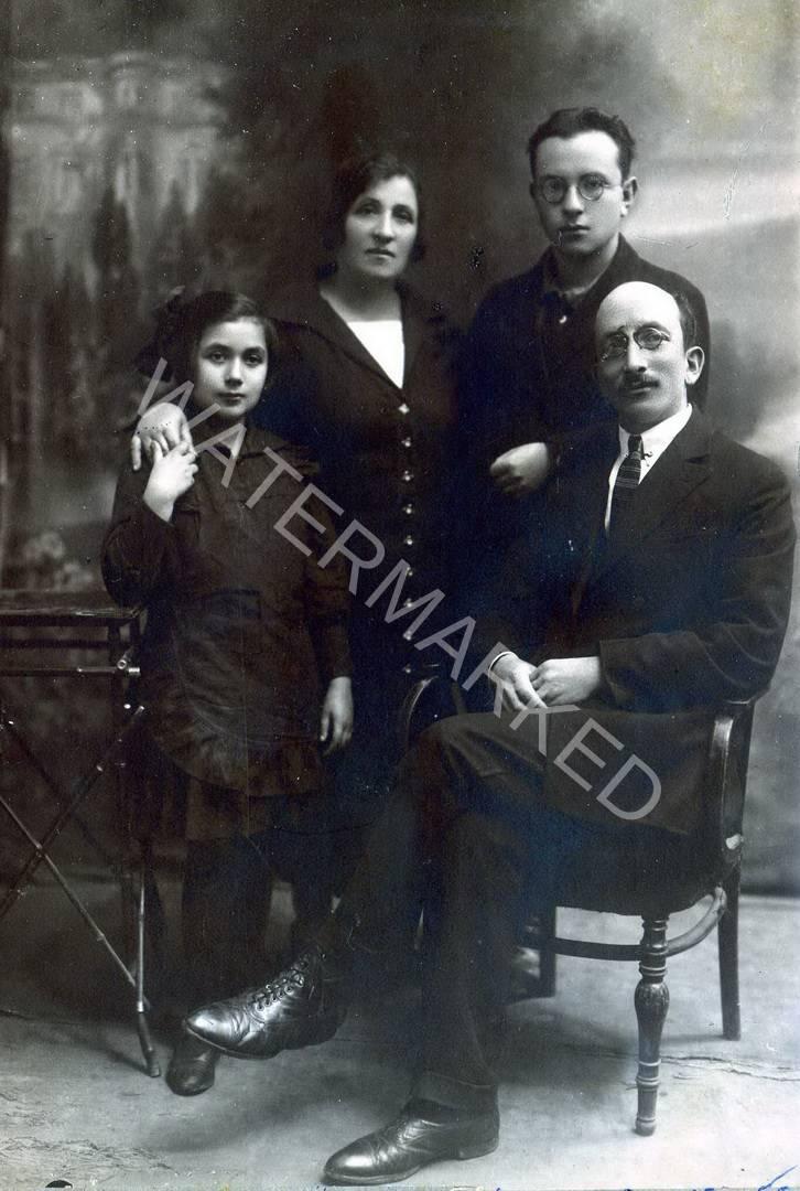 רובנה הרב יצחק שלמה יואל שרמן ומשפחתו