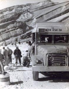 """ה """"ג'י.אמ.סי."""" המיתולוגי שמספרו ת 1371 עצירה בדרך להחלפת גלגל, ככל הנראה ב""""מעלה עקרבים"""", שעות ספורות לפני ההתקפה על האוטובוס בדרך הערבה."""