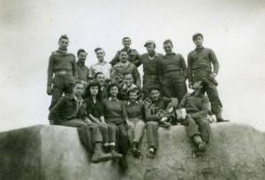 מח' הקשר של גד' 35 בכיס פלוג'ה, 1949 אביגדור יושב במרכז שורת הביניים וחברו אליהו שוורץ לידו. חיים הוכמן למעלה שלישי מימין.