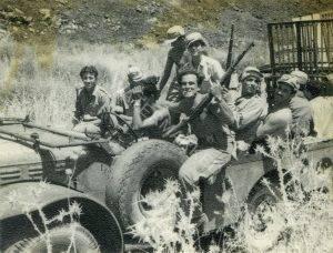 """לקראת סיום הפעילות בצפון באמצע 1949 מעמיסים את """"מיטות הסוכנות"""" על הקומנדקר. לאחר סיום משימותיה בצפון, הגיעו לקיצם גם חייה של חטיבת """"אלכסנדרוני""""."""