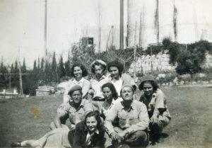 """בגבעת רמב""""ם יצחק רוזנברג מימין ויהודה משמאל עם הבנות שבאו לבקר. בתווך ביניהם, מרים אחותו של יהודה."""