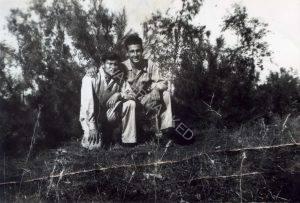 כיתוב: כפר סירקין, 1947 יום טוב מוטולה מימין עם משה שומסקי. לאחר כשבועיים במקום, עברו לכפר הס בגוש תל מונד.