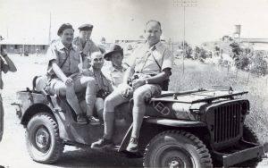 במחנה בבית ליד ליד ההגה עם כובע נוטרים משה גרשוני, למעלה משמאל אבא (ג'דה), כרגיל עם סיגריה ביד, לידו נהג ששמו לא זכור.