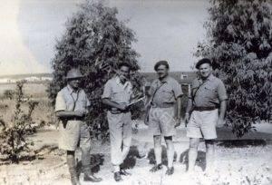 """במחנה בית ליד מימין: אפי קצין התחבורה, ג'דה, בנצ פרידן מפקד הגדוד (33) ומאוחר יותר מפקד החטיבה (אלכסנדרוני), צבי אביש מ""""פ מפקדה. הלוחם והמפקד סול (שלום) בסקין שהיה ממתנדבי חו""""ל סיפר לי שבמחנה פעל מועדון קצינים יומרני ומגוכך, כמיטב המסורת של הצבא האנגלי. סול הדיר רגליו ממנו."""