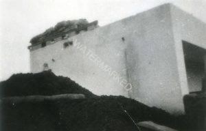 העמדה על גג הבית ברמת הכובש בה נהרג אברהם (אברהמל'ה) שטיינברג ביום 14.5.1948 במהלך ההתקפה (הכושלת) על טירה. עמיצור כהן זכה בחייו במתנה. ניתן להבחין בפגיעות פגזים בקיר הבניין ובחפירות תעלות הקשר לצידו.