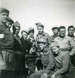אנשי מפקדה של גדוד 33 בכיס פלוג'ה, ינ.-פב. 49 יושב מימין שמעון קוטנר וליד מרכזת הטלפונים החדישה צבי ורבנר.