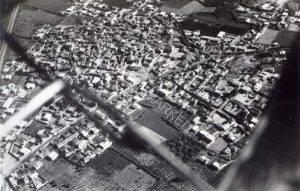 כפר ערבי. אולי אבו כביר, אולי סאלאמה.
