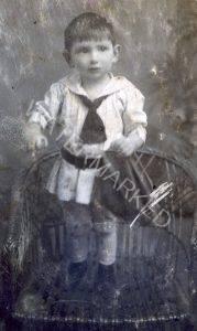 לבוב 1916, אלי (אלימלך) שטגר בן שנתיים על גבי גלויה ששלחה אימו לאביו, חיל בצבא האוסטרו הונגרי בחזית מלחמת העולם הראשונה. ראה טקסט הגלויה ותרגומה בידי אלי עצמו.