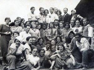 אף שרגינה אינה מזוהה בתמונה זו,אפשר שזו תמונה למזכרת מקבוצת ההכשרה שלה בלבוב בימים שלפני עלותה ארצה בחודש ספטמבר 1933.