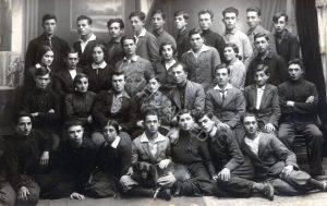 """קיבוץ הכשרה של תנועת """"החלוץ"""" בקובל, 1932. קיבוצי ההכשרה של תנועת החלוץ בפולין נודעו כקיבוצי גוש קלוסובה ע""""ש הראשון שבהם - קיבוץ חוצבי האבנים על שם יוסף טרומפלדור - שנוסד ב 1924 בעיירה קלוסוב הסמוכה לסארני. סגולותיו וערכיו של קיבוץ זה היו לדגל לעשרות פלוגות הכשרה שנשאו את שמו. למעלה 2 משמאל, י. נסצקי."""